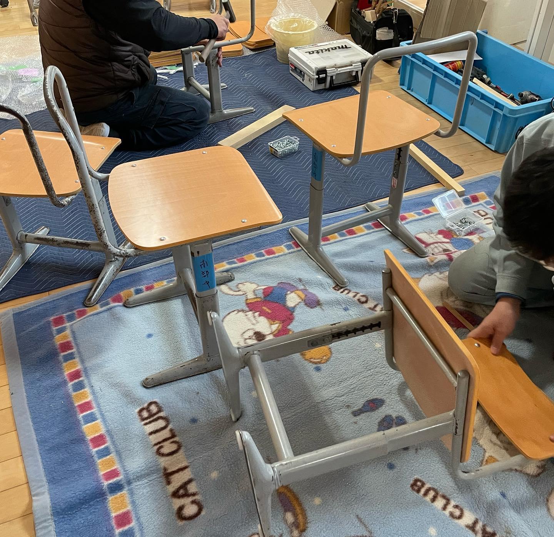 『入学式に間に合わせる』氷見市内小中学校‐机と椅子の交換作業‐